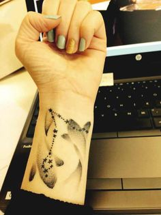 If your zodiac sign is Pisces, and looking for some best and amazing Pisces tattoos designs and ideas for your body, then here we have best Pisces tattoos. Piercing Tattoo, Sternkonstellation Tattoo, Hand Tattoos, Neue Tattoos, Star Tattoos, Body Art Tattoos, Pisces Tattoo Designs, Tattoo Designs And Meanings, Pretty Tattoos