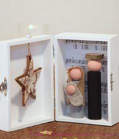 Die Weihnachtskrippe in der Box: handlich, klein, dekorativ & etwas ganz besonderes. Sie findet überall ein Plätzchen - egal ob in der Wohnung, der Studentenbude oder im Kinderzimmer, auf dem...