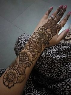 Photo Cool Henna Designs, Indian Henna Designs, Simple Arabic Mehndi Designs, Mehndi Designs For Girls, Mehndi Designs For Beginners, Stylish Mehndi Designs, Wedding Mehndi Designs, Mehndi Design Pictures, Beautiful Henna Designs