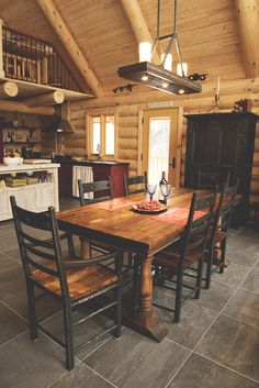 Ensemble de salle manger table et chaises en bois de grange julie houde a - Ensemble table chaise salle a manger ...