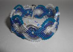 bracelet en micro-macramé et cristal swarovski bleu et blanc : Bracelet par fifiperles