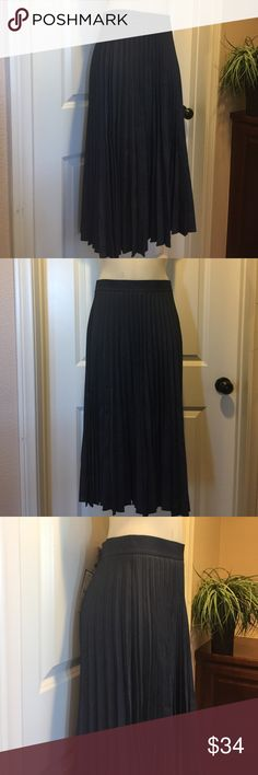 NWT Zara Skirt🌟 NWT Zara skirt, from the top of the waist band to the bottom is 31 inches, it has a side zipper.  Thanks for looking 😊 Zara Skirts A-Line or Full