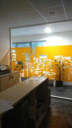 City Dream négatif, chez Vivolum à Nantes ! Amenez de la personnalité et de la couleur dans vos espaces de travail www.voila-design.com #bureau #vitrophanie #design #adhesive