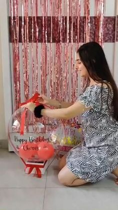 Diy Gifts Videos, Diy Crafts For Gifts, Birthday Decorations At Home, Balloon Decorations Party, Birthday Gifts For Boyfriend Diy, Bff Birthday Gift, Balloon Gift, Balloon Bouquet, Diy Birthday Hamper