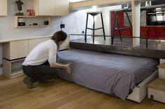 La clave de la optimización del espacio está en la creación de dos niveles, lo que permite esconder una cama deslizante que también hace la función de sofá.