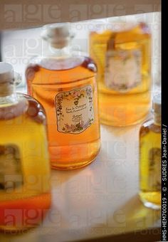 Francia, Alpes Marítimos, Grasse, restaurante del hotel, detalle de la decoración, botellas de perfume de Grasse La Bastide Saint Antoine Jacques Chibois ,,