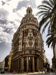 Banco de España Aunque podrías echarle algún añito más, lo cierto es que se construyó en los años 40. De los edificios con más encanto de la capital y no muy conocido por los habitantes de Valencia.