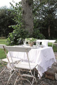 Biergartenstühle in weiss Outdoor Rooms, Outdoor Dining, Outdoor Tables, Outdoor Gardens, Outdoor Furniture Sets, Outdoor Decor, Lawn Furniture, Outdoor Life, Patio Pergola