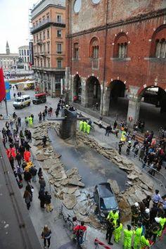 un sous marin fait surface dans une rue de milan 9   Un sous marin fait surface dans une rue de Milan [video]   video sous marin rue publici...