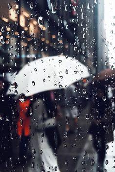 I love the smell and the sound of rain. Rainy Mood, Rainy Night, Rain Umbrella, Under My Umbrella, White Umbrella, Walking In The Rain, Singing In The Rain, Bokeh, Fotografia Pb