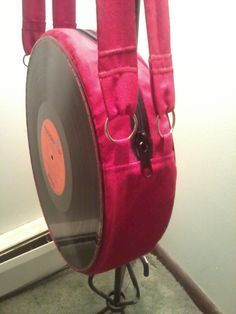 Tutorial with pictures on how to make a vinyl record purse in 34 steps by needleworking, sewing, and melting with zipper, sewing machine, and vinyl record. Music Crafts, Vinyl Crafts, Diy Bag With Zipper, Vinyl Record Projects, Sewing Machines Best, Do It Yourself Organization, Diy Purse, Diy Vinyl Purse, Fabric Purses