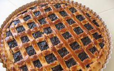 Crostata di marmellata - Questa fotoricetta vi mostra come preparare una golosa crostata di marmellata, un guscio di pasta frolla ripieno di dolce marmellata e ricoperto con la classica griglia di pasta frolla anch'essa.