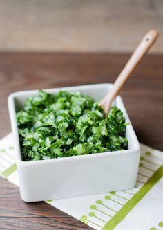 La salsa verde, receta chilena es otro de los acompañamientos clásico en nuestros completos. Solo perejil y cebolla la componen. Refrescante.