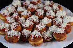 Těsto připravíte jen ze tří surovin a ozdobíte kečupem, strouhaným sýrem… Czech Desserts, Czech Recipes, Salty Foods, Appetisers, Party Snacks, Food Dishes, Appetizer Recipes, A Table, Bakery