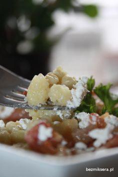 Kluski ziemniaczane z wędzonką, cebulką i twarogiem