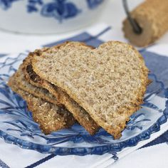 Knäckehjärtan (swedish traditional homemade crispbread in a nice heart shape with spices and sesame seeds) Scandinavian Cottage, Swedish Cottage, Scandinavian Food, Bread Recipes, Cooking Recipes, Grandma Cookies, Hot Cocoa Recipe, Sandwich Cake, Savoury Baking