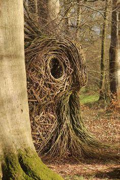 Hjørnholms Pileblog Dark Pictures, Dark Pics, Book Sculpture, Outdoor Art, Land Art, Mixed Media Art, Garden Art, Sculpting, Wicker