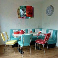 Retro kitchen corner so cute - Amazing Homes Interior Kitchen Booths, Kitchen Decor, Diner Kitchen, Kitchen Ideas, 1950s Kitchen, Kitchen Prints, Kitchen Designs, Kitchen Interior, Retro Home Decor