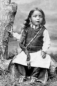 vintage everyday: Native American Kids – 31 Rare A Sioux boy, ca. Vintage Photos of Indian Children in the late Century PUBLIC DOMAIN Native American Children, Native American Pictures, Native American Beauty, Native American Tribes, Native American History, American Indians, Native Americans, First Nations, Navajo