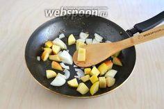 Паштет из куриной печени с портвейном и яблоком / Болталка / Кулинария На сковороду положите кусочки яблока и лука, слегка обжарьте минуты 4.