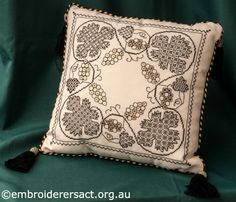 Blackwork-Cushion-stitched-by-Marjorie-Gilby-.jpg 700×600 píxeles
