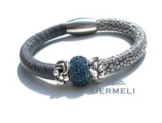 *AURELIA ist ein wundervoll elegantes Armband, hergestellt aus feinstem Nappaleder. Ganz besonders ist die Kombination aus glattem, anthrazitfarben...