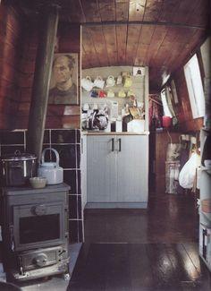 Cheap Houseboat Interior Ideas - The Urban Interior Canal Boat Interior, Narrowboat Interiors, Narrowboat Kitchen, Canal Barge, Houseboat Living, Floating House, Tiny House Movement, Pontoon Boat, Tiny Living