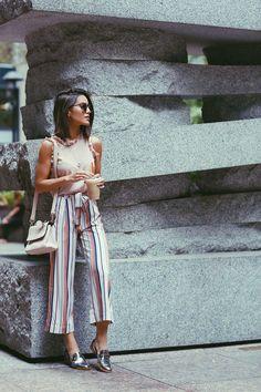 Camila Coelho during NYFW on her way to watch Akris fashion show wearing colorful striped pantacourt, a blush sleeveless with ruffles top, and metallic oxfords. A caminho do show de Akris usando pantacourt listrada, uma regata com babados e oxfords metali Basic Fashion, Girl Fashion, Fashion Looks, Fashion Outfits, Casual Chic, Spring Summer Fashion, Spring Outfits, Look Office, Estilo Blogger