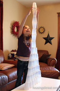 Laatste schooldagen - Eén tegen allen. Maak onder meer een toren met bekers van minstens … rijen hoog.