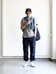 完美的日式穿著呀。微寬鬆的灰衣捲起一些袖子,再搭個牛仔色的襯衫,配上寬褲和露出襪子顏色及白鞋,一個隨性的包包,卻ㄍㄥ獨具個性呀。