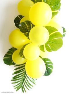 DIY Balloon and Fronds Tropical Party Table Centerpiece Garland - learn to make this easy table decor for your birthday table, party photo booths or summer party decorations! Birthday Party Table Decorations, Party Table Centerpieces, Summer Party Decorations, Birthday Party Tables, Table Party, Diy Birthday, Tropical Christmas Decorations, Quince Decorations, Quinceanera Centerpieces