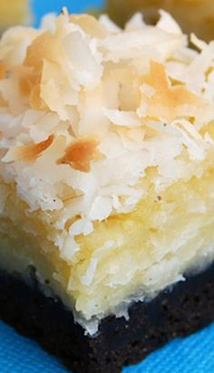 Coconut Bars Black Bottom Coconut Bars Recipe ~ Coconut Macaroon cookie on top of a Brownie.Black Bottom Coconut Bars Recipe ~ Coconut Macaroon cookie on top of a Brownie. Just Desserts, Delicious Desserts, Dessert Healthy, Healthy Cake, Fudge, Macaroon Cookies, Bar Cookies, Cookie Bars, Coconut Cookies