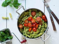 PASTA WITH GREEN PESTO SAUCE | KOTIINPALAAJAN NOPEA PESTOPASTA Green Pesto, Pesto Sauce, Serving Bowls, Strawberry, Pasta, Fruit, Tableware, Kitchen, Food