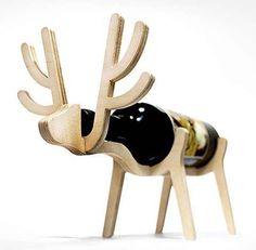 stes porta vinhos diferenciados fazem parte da coleção Animal's Bone, lançados pela marca coreana Conte Bleu. Confeccionados em madeira certificada, renas, elefantes, pinguins e cães tomam forma, contribuindo inclusive para a decoração de seu espaço.