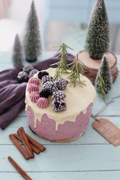 Heute gibt es ein Rezept für eine winterliche Brombeer-Cassis-Torte, die hervorragend in die Adventszeit passt. Als Zut...