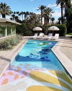Designer Alex Proba hand-paints swimming pools with graphic murals, including the pools of two Palm Springs houses and a mural on the deck of a public pool on Manhattan's Roosevelt Island. Mug Design, Home Design, Exterior Design, Interior And Exterior, Pool Paint, Palm Springs Houses, Style Deco, Pool Landscaping, Backyard Pools