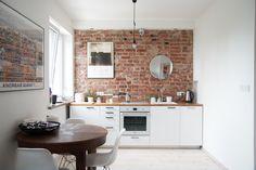 Piękne, 2 pokojowe mieszkanie w kamienicy, położone przy ul. Chłodnej. Lokal składa się z salonu z aneksem kuchennym, sypialni i łazienki.  Lokal znajduje się na trzecim piętrze. Mieszkanie przeszło generalny remont w 2014 roku, jest na sprzedaż z całym wyposażeniem, meble, plakaty, książki mogą zostać. Kamienica jest po całkowitym remoncie łącznie z klatką schodową oraz wymienionymi instalacjami. Bardzo dobra komunikacja ze wszystkim dzielnicami: autobusy, tramwaje....