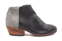 The Dos Tonos' two-tone black and speckled grey leather is the perfect combination for this expressive ankle boot.