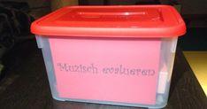 1. Het materialendoosje:  In dit doosje zitten allerlei verschillende materialen. De kinderen kiezen zelf een stofje dat bij hu... Drama, Philosophy, Material, Classroom, Teacher, Cool Stuff, Blog, Lifestyle Trends, Class Room