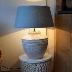 Stoere kruiklamp met oud groene kap. Table Lamp, Lifestyle, Lighting, Home Decor, Table Lamps, Decoration Home, Room Decor, Lights, Home Interior Design