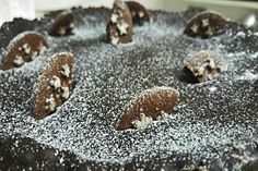 La cheesecake pan di stelle è una variante irresistibile della famosissima e cremosa torta americana in cui il biscotto al cacao diventa protagonista sia all'interno della base che nell'impasto, creando un dessert davvero indimenticabile.