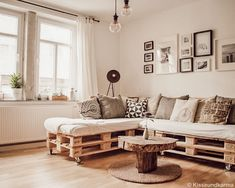 fair fashion + interior design: Once pallet couch please! Diy Furniture Couch, Pallet Furniture, Wooden Couch, Living Room Decor, Bedroom Decor, Couch Design, Design Design, Pallet Couch, Decorating Blogs