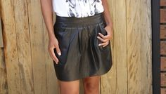 look-camiseta-india-dudabella-saia-couro-4
