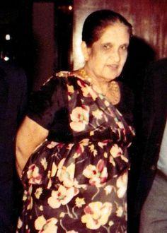 File:Sirimavo Ratwatte Dias Bandaranayaka (1916-2000) (Hon.Sirimavo Bandaranaike with Hon.Lalith Athulathmudali Crop).jpgSirimavo Ratwatte Dias Bandaranaike (d. 17 Nisan 1916 - ö. 10 Ekim 2000) Dünyanın ilk kadın başbakanı[1] olan Sri Lankalı politikacı.1960-65,1970-77 ve 1994-2000 yılları arasında 3 kez başbakanlık yapmıştır.