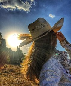 Ver esta foto do Instagram de @michellydc • 1,049 curtidas Foto Cowgirl, Cowgirl And Horse, Cowgirl Hats, Cowgirl Outfits, Cowgirl Style, Cowboy Up, Country Girls, Country Girl Style, Country Women