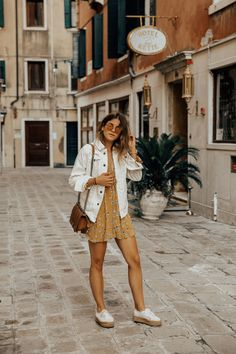 a yellow mini dress with a floral print, a white denim jacket, a brown bag and white platform shoes Look Fashion, Trendy Fashion, Fashion Outfits, Trendy Style, Womens Fashion, Superga Outfit, Spring Summer Fashion, Spring Outfits, Casual Outfits