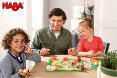 Mit der großen HABA-Spielesammlung (Artikelnummer 4278) ermöglichen 10 Spielideen mit einfachen Regeln und kurzer Spieldauer einen gelungenen Einstieg in die Welt der Spiele. Altbewährte Spieleklassiker sind kindgerecht umgestaltet und vereinfacht worden. Sodass schon die Jüngsten Spaß am Spielen haben. Bei klassischen, kooperativen und spannenden Brett-, Memo-und Kartenspielen vergeht die Zeit wie im Flug.