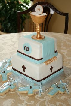 See all these amazing ideas for first communion, which you can use for boy and girl, cake proposals, invitations and more . Boys First Communion, First Communion Cakes, Première Communion, Communion Gifts, Comunion Cakes, First Communion Decorations, Religious Cakes, Confirmation Cakes, Eucharist