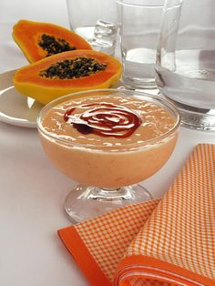 Tempo: 5min Rendimento: 2 Dificuldade: fácil Ingredientes: 1 mamão papaia picado 4 bolas de sorvete sabor creme 4 colheres (sopa) de creme de leite 1 colhe