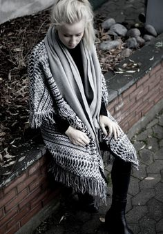 Black & grey / knitted cape